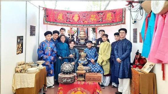 Các thành viên của Đại Nam hội quán tái hiện một nét văn hóa truyền thống trong ngày hộiTóc xanh vạt áo