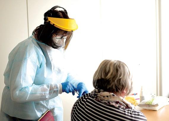Nhân viên y tế tiêm vaccine ngừa Covid-19 cho người dân tại miền Tây nước Đức