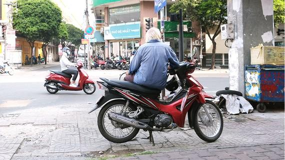 Một bác tài xe ôm truyền thống ở thành phố
