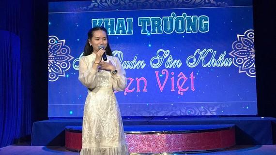 Nghệ sĩ Lệ Trinh tại Sân khấu Hội quán Sen Việt