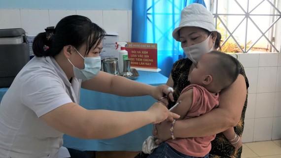 Bác sĩ khám cho bệnh nhân tại Trạm Y tế phường 16, quận Gò Vấp