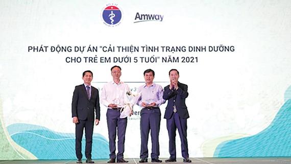 Amway Việt Nam đón nhận bằng khen của Bộ Y tế