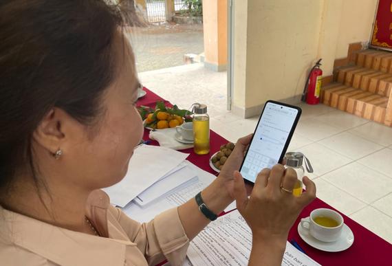 Người dân dùng mã QR code để tự khai báo thông tin y tế cơ bản vào hồ sơ sức khoẻ điện tử của riêng mình trên điện thoại di động. Ảnh: Sở Y tế TPHCM