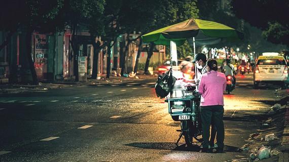 Ban đêm, hàng rong vẫn có mặt khắp các con đường trong thành phố