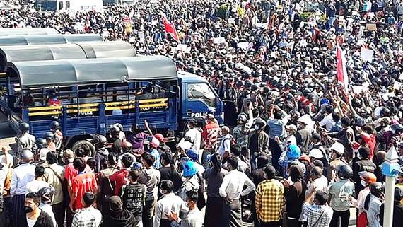 Người dân Myanmar biểu tình ở thủ đô Naypyidaw. Ảnh: Reuters