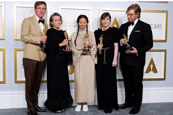 Đoàn phim Nomadland nhận tượng vàng Oscar. Ảnh: Reuters