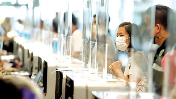 Người dân chờ tiêm vaccine Covid-19 tại Bangkok, Thái Lan