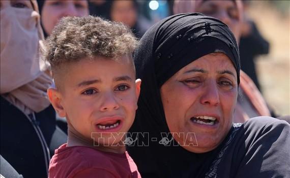 Nỗi đau của thân nhân tại đám tang một người Palestine tử vong trong xung đột với binh sĩ Israel, ở thành phố Nablus, Khu Bờ Tây ngày 15-5-2021. Ảnh: THX/TTXVN