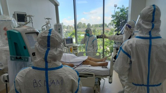 Nhân viên y tế chăm sóc cho bệnh nhân nặng tại Bệnh viện Hồi sức Covid-19
