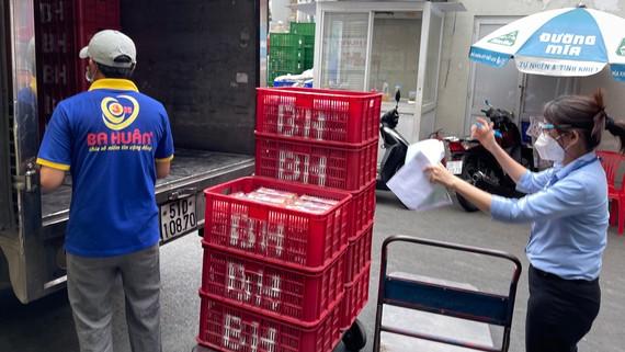 Xe tải chuyên dụng chở thực phẩm được phép chạy vào nội đô tiếp hàng cho siêu thị Co.opmart vào buổi trưa. Ảnh: HOÀNG HÙNG