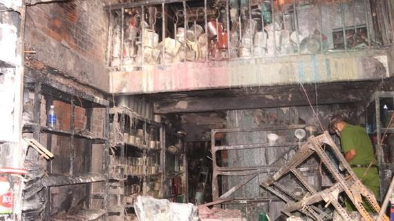 Hiện trường vụ cháy ngày 26-4 tại cửa hàng sơn số 693 Lý Thường Kiệt, phường 11, quận Tân Bình