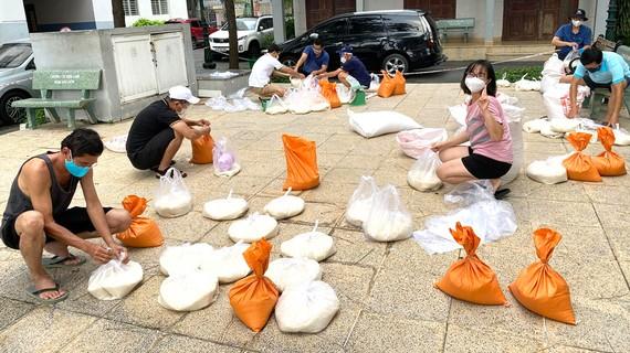 Nhóm tự nguyện của chung cư Him Lam Nam Sài Gòn chia gạo để cứu trợ cho xóm trọ kế bên chung cư