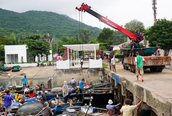 Tàu thuyền vào cầu cảng Trạm biên phòng K15, Đà Nẵng để tránh trú bão. Ảnh: XUÂN QUỲNH