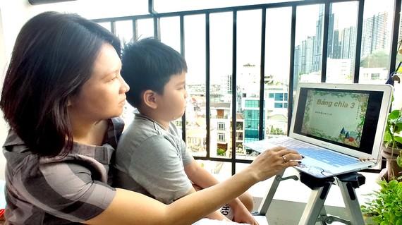 Mẹ kèm con học online tại nhà. Ảnh: DŨNG PHƯƠNG