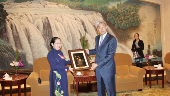 Phó Bí thư Thành ủy TPHCM tặng bức tranh kỷ niệm cho Thành ủy TP Thượng Hải