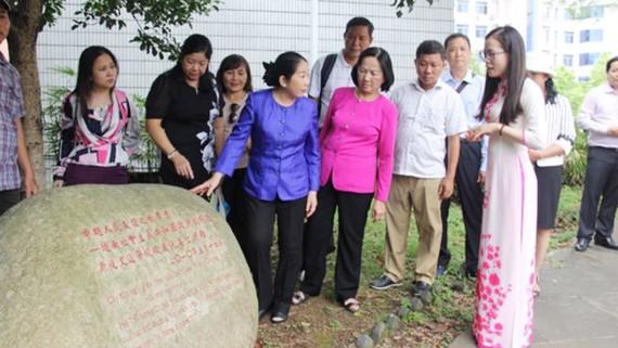 Các thành viên trong đoàn nghe giới thiệu về cây quế được Bí thư Thành ủy TPHCM Nguyễn Thiện Nhân lúc còn làm Phó Thủ tướng Chính phủ trong chuyến thăm lại Trường Đại học Sư phạm Quảng Tây và dự lễ khánh thành Nhà kỷ niệm các trường học Việt Nam