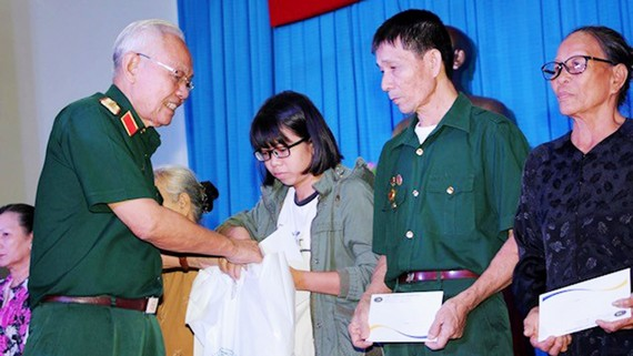 Trung tướng Lê Thành Tâm, nguyên Chủ tịch Hội Cựu chiến binh TPHCM, Chủ tịch HĐQT Công ty TNHH MTV Cựu chiến binh TPHCM tặng quà các gia đình chính sách quận 9