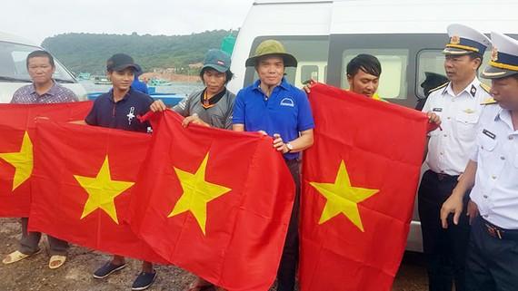 Đồng chí Trần Lưu Quang tặng cờ Tổ quốc cho ngư dân xã đảo Thổ Châu, huyện Phú Quốc, tỉnh Kiên Giang