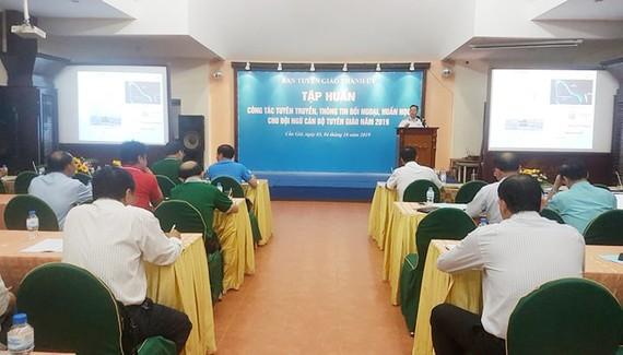 Đại diện Bộ Tư lệnh Quân chủng Hải quân giới thiệu chuyên đề công tác tuyên truyền biển đảo. Ảnh: HOÀI NAM