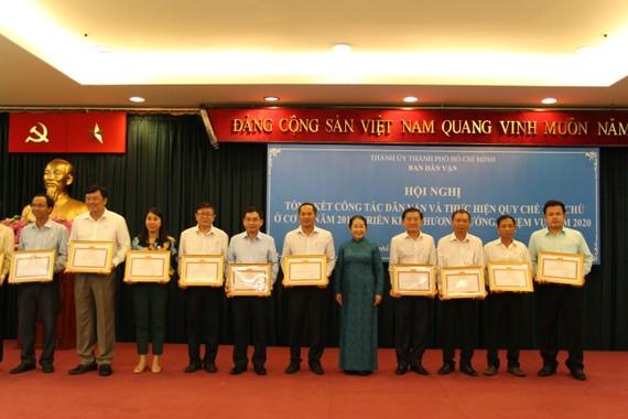 Phó Bí thư Thành ủy Võ Thị Dung trao tặng bằng khen cho các tập thể có thành tích xuất sắc trong công tác dân vận năm 2019