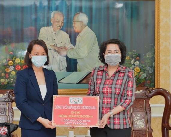 Bà Tô Thị Bích Châu (phải) tiếp nhận tượng trưng số tiền mặt 1 tỷ đồng từ đại diện Công ty Cổ phần Quốc Cường Gia Lai. Ảnh: VIỆT DŨNG