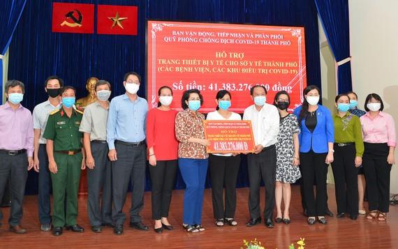 Bà Tô Thị Bích Châu và Ban Vận động, tiếp nhận và phân phối Quỹ phòng chống dịch Covid-19 hỗ trợ trang thiết bị y tế cho Sở Y Tế TPHCM. Ảnh: VIỆT DŨNG