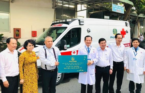 Bệnh viện Nhân Dân 115 tiếp nhận xe cứu thương phục vụ công tác phòng, chống dịch Covid-19. Ảnh: HOÀI NAM