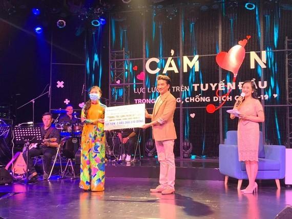 """Ca sĩ Đàm Vĩnh Hưng (phải) trao số tiền hơn 2 tỷ đồng vận động đóng góp từ chương trình """"Tương tác cùng nghệ sĩ"""" ủng hộ phòng, chống dịch Covid-19"""
