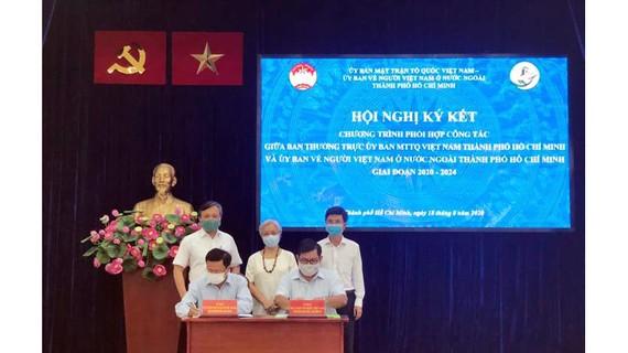 Đại diện Ủy ban MTTQ Việt Nam TPHCM và Ủy ban về người Việt Nam ở nước ngoài TPHCM ký kết chương trình phối hợp