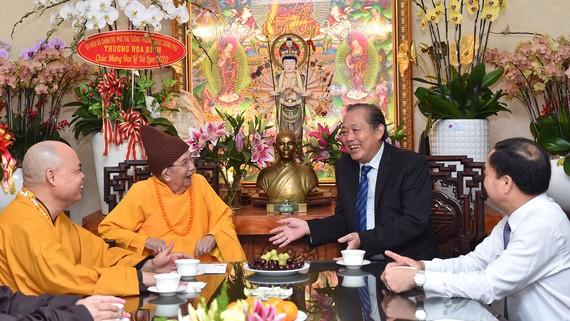 Phó Thủ tướng Thường trực Chính phủ Trương Hoà Bình thăm Hòa Thượng Thích Đức Nghiệp, Phó Pháp chủ Hội Đồng Chứng minh GHPGVN. Ảnh: VIỆT DŨNG