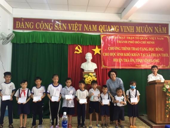 Chủ tịch Ủy ban MTTQ Việt Nam TPHCM Tô Thị Bích Châu tặng học bổng các em học sinh bậc tiểu học, gia đình hộ nghèo