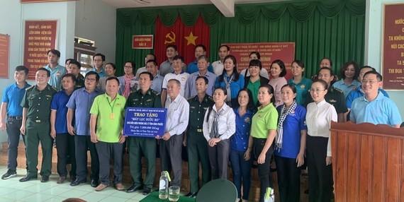 Trao kinh phí máy lọc nước cho Đồn Biên phòng Đắk Ơ, huyện Bù Gia Mập