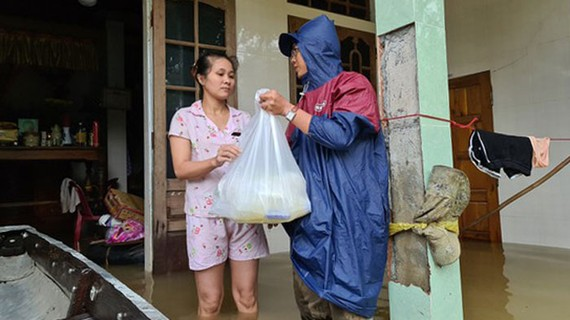 Nước lũ rút chậm khiến đời sống người dân gặp nhiều khó khăn. Ảnh: NGUYỄN HOÀNG