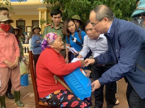 Đồng chí Nguyễn Thiện Nhân bày tỏ tình cảm, sự chia sẻ với những khó khăn mà người dân vùng lũ tỉnh Quảng Bình và các tỉnh miền Trung đang phải gánh chịu