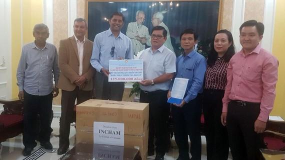 Đại diện Hiệp hội Doanh nghiệp Ấn Độ tại Việt Nam trao bảng tượng trưng số tiền hỗ trợ các tỉnh miền Trung