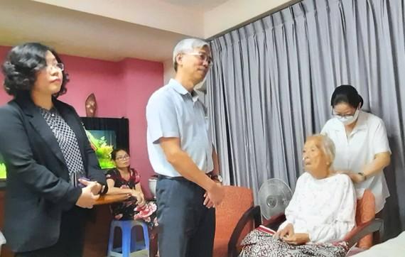 Phó Chủ tịch UBND TPHCM Võ Văn Hoan thăm hỏi bà Đỗ Duy Liên