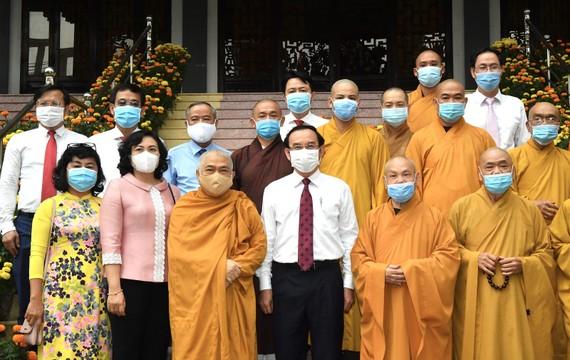Bí thư Thành ủy TPHCM Nguyễn Văn Nên chúc Tết Văn phòng 2 Trung ương Giáo hội Phật giáo Việt Nam. Ảnh: VIỆT DŨNG