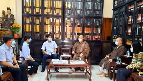 Chủ tịch UBND quận Tân Bình Nguyễn Bá Thành (thứ tư từ phải qua) chủ trì cuộc làm việc với sư trụ trì chùa Viên Giác. Ảnh: HOÀI NAM
