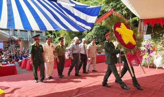 Nguyên Chủ tịch nước Nguyễn Minh Triết cùng các cựu chiến binh, cựu cán bộ Đoàn phía Nam và lãnh đạo tỉnh Bình Phước viếng anh linh Bác Hồ, các anh hùng liệt sĩ, đồng bào tử nạn tại núi Bà Rá (thị xã Phước Long)