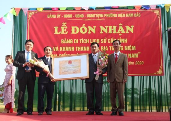 Lãnh đạo tỉnh Quảng Nam trao bằng công nhận di tích lịch sử cho đại diện phường Điện Nam Bắc. Ảnh: NGUYỄN CƯỜNG