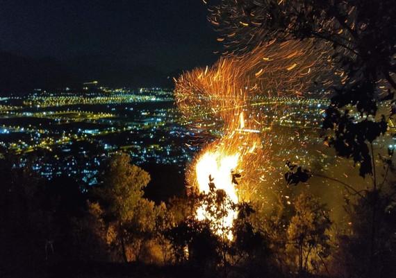 Đà Nẵng: Cháy lớn trên đỉnh núi Sọ