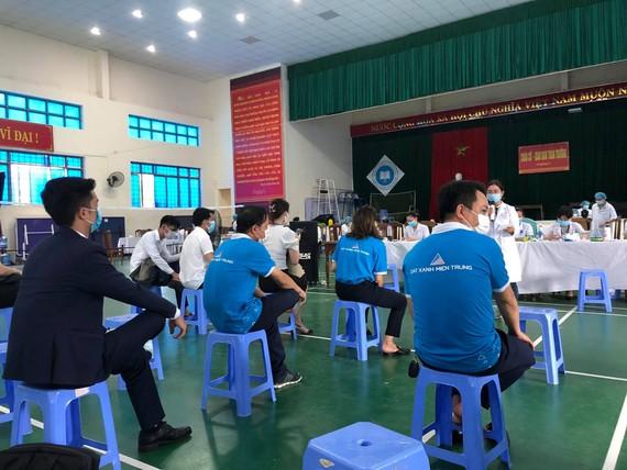 Một buổi tiêm vaccine đợt 3 tại tỉnh Quảng Nam cho các doanh nghiệp, đơn vị.