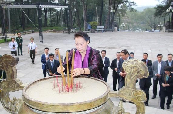 Chủ tịch Quốc hội dâng hương tại nghĩa trang liệt sĩ tỉnh Quảng Trị
