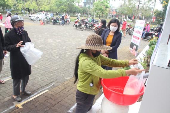 """Người dân lấy gạo từ """"ATM gạo"""" miễn phí"""