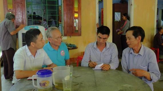 Chính quyền địa phương cùng người dân đến chia buồn và động viên gia đình nạn nhân