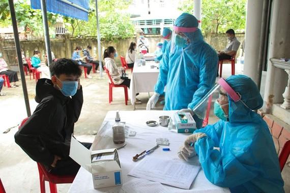Cơ quan chức năng tỉnh Quảng Trị lấy mẫu xét nghiệm nhanh người về từ vùng có dịch
