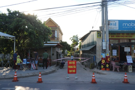 Lực lượng chức năng phong tỏa khu phố 2 (phường Đông Giang, thành phố Đông Hà).
