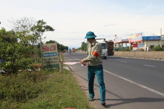 Cơ quan chức năng tiến hành rào chắn tại khu vực xóm Bàu (thôn Hà Thanh, xã Gio Châu, huyện Gio Linh) vì liên quan tới bệnh nhân 861