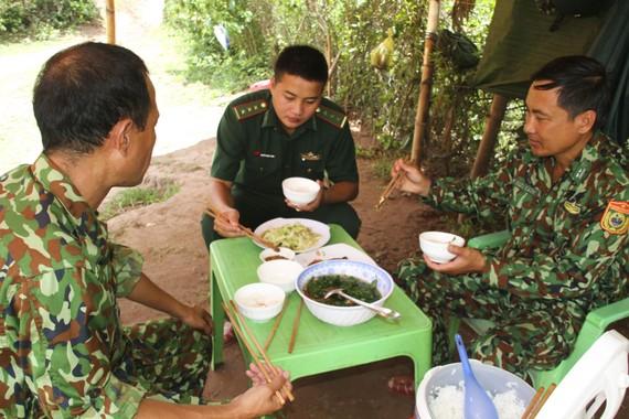 Bữa cơm tại chốt chặn nơi biên giới