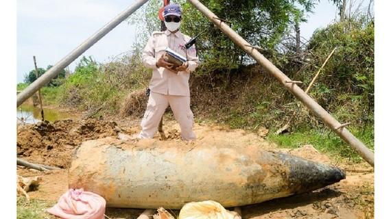 Quả đạn pháo 16inch HE nặng gần 900 kg được phát hiện tại thôn Cổ Mỹ (xã Vĩnh Giang, huyện Vĩnh Linh, tỉnh Quảng Trị)